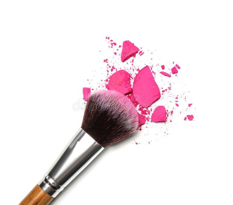 构成刷子和被击碎的化妆产品 免版税图库摄影