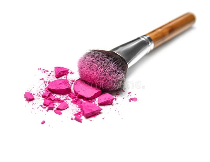 构成刷子和被击碎的化妆产品 免版税库存图片