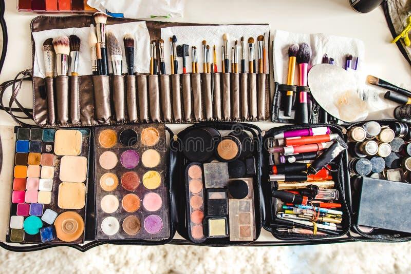 构成化妆用品和刷子在桌上 免版税库存照片