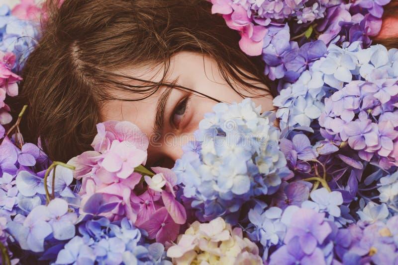 构成化妆用品和skincare t 健康头发和皮肤 有八仙花属花的春天妇女 库存图片
