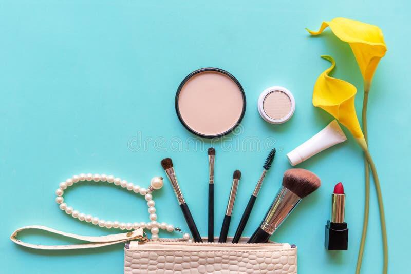 构成化妆用品工具和秀丽化妆用品礼物、产品和面部化妆用品包裹唇膏有黄色花的geen淡色 免版税图库摄影