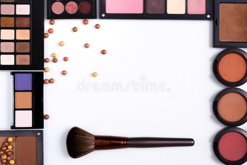 构成化妆用品工具和精华构筑背景,复制空间 免版税库存图片