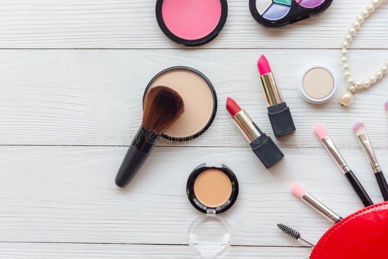 构成化妆用品工具背景和秀丽化妆用品、产品和面部化妆用品包裹红色口红,在白色的眼影膏 库存照片