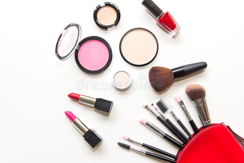构成化妆用品用工具加工背景,并且秀丽化妆用品、产品和面部化妆用品包装唇膏,在白色bac的眼影膏 图库摄影
