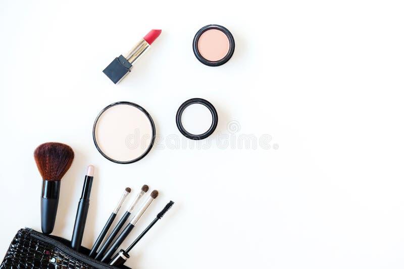 构成化妆用品用工具加工背景,并且秀丽化妆用品、产品和面部化妆用品包装唇膏,在白色bac的眼影膏 库存照片
