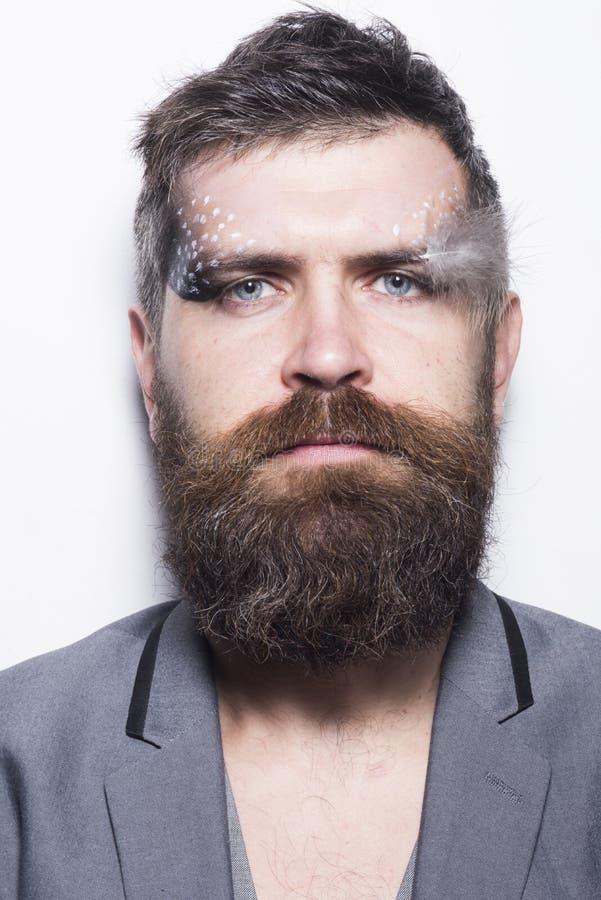 构成和组成 有创造性的构成和羽毛的有胡子的人 有长的胡子的在不剃须的面孔的人和构成 库存照片