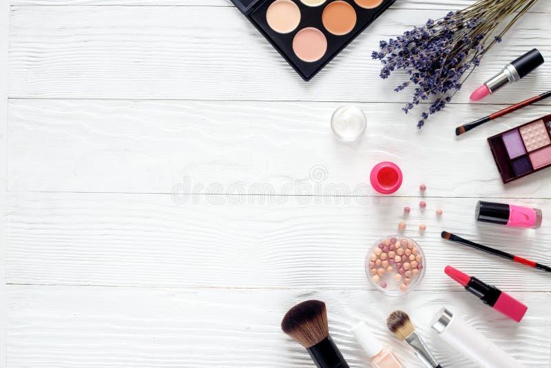 构成在木桌上设置了有淡紫色顶视图 库存照片
