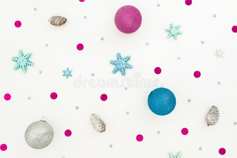 构成新年度 在白色背景的圣诞节球,蓝色和紫罗兰色装饰 平的位置,顶视图 免版税库存图片