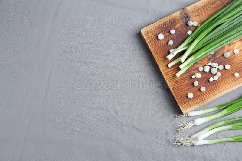 构成用在桌上的新鲜的葱,顶视图 免版税库存照片