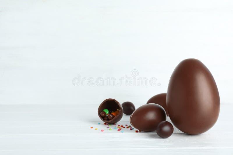 构成用巧克力在桌上的复活节彩蛋 图库摄影