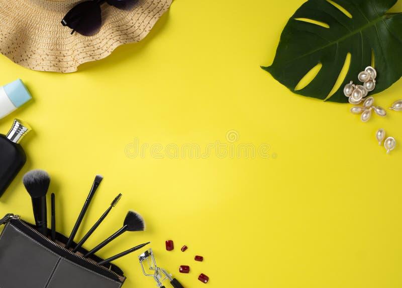构成袋子以美容品黄色背景品种  库存照片