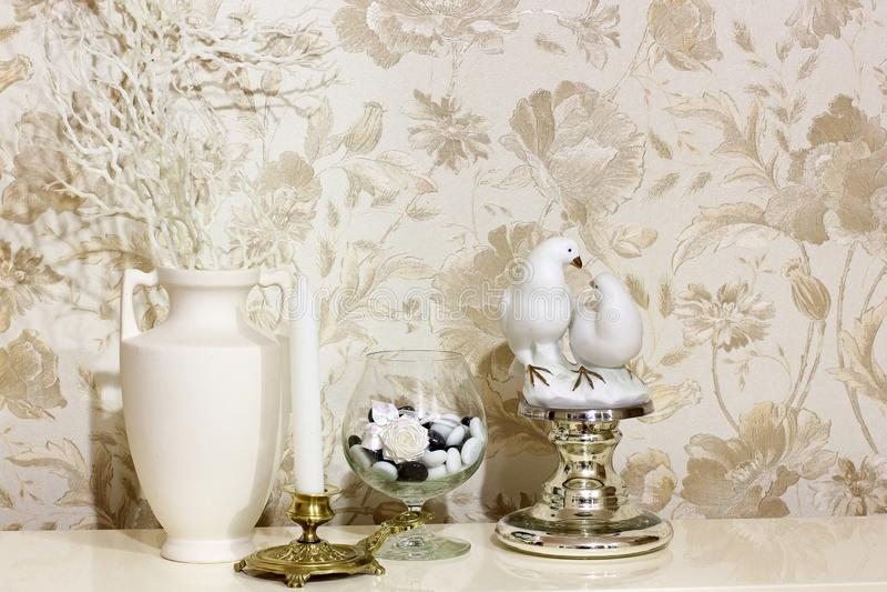 构成 花、两只鸽子烛台和小雕象  免版税库存图片