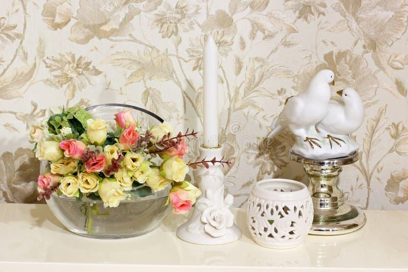 构成 花、两只鸽子烛台和小雕象  免版税图库摄影