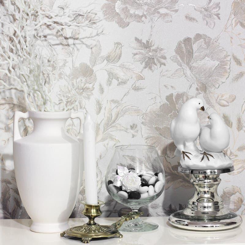 构成 花、两只鸽子烛台和小雕象  图库摄影