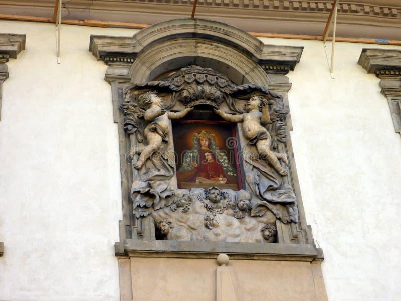 构筑一个五颜六色的象, Prage,捷克的精心制作的浅浮雕天使雕象 库存照片