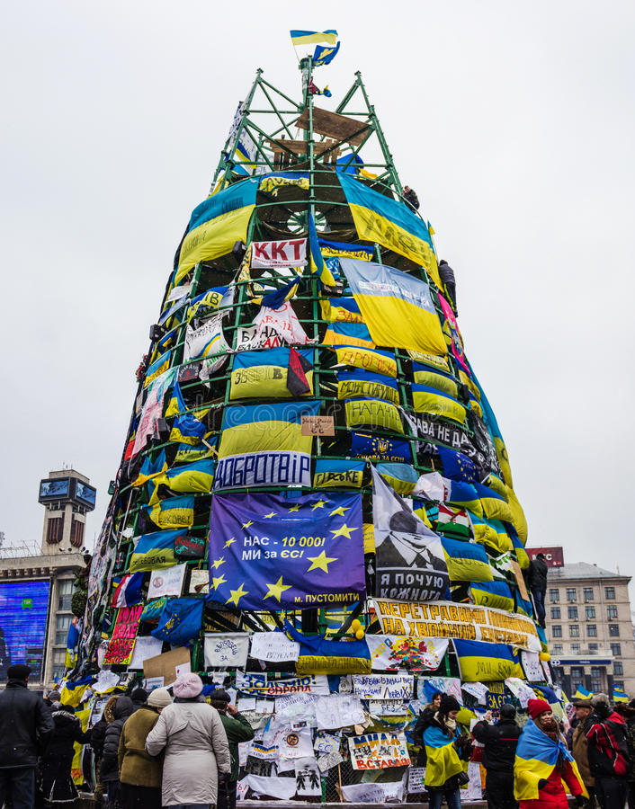 构筑与旗子和招贴的圣诞树在抗议期间  库存图片