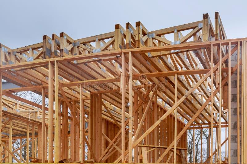 构筑反对蓝天的新的住宅建设房子 免版税库存图片