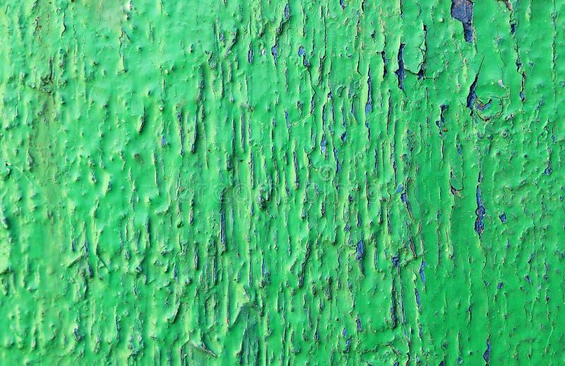 构造与蓝色裂缝的老削皮油漆绿色 免版税图库摄影