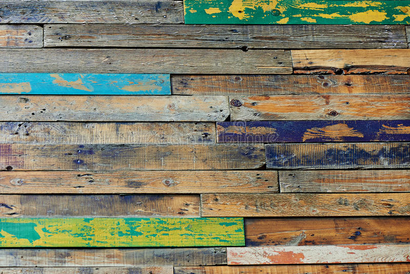 构造单位、从木头或者地板形成的多彩多姿的木篱芭,绘在快乐的颜色 免版税库存图片