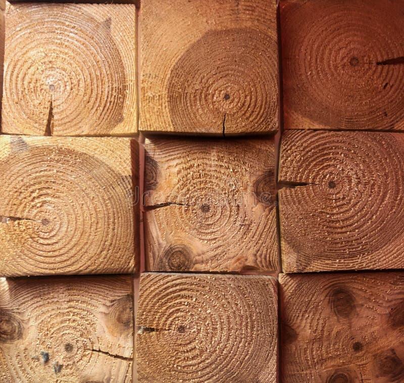 构造方形的木酒吧 木立方体墙纸,壳纹理,黑暗和浅褐色 库存照片