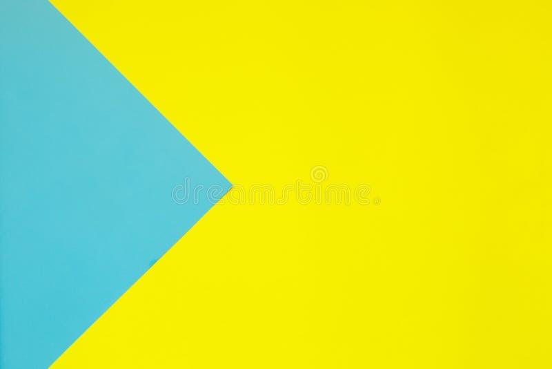 构造时兴的淡色背景在顶视图的 平的位置 最小的概念:软绵绵地蓝色和淡黄色纸 创造性 免版税库存照片