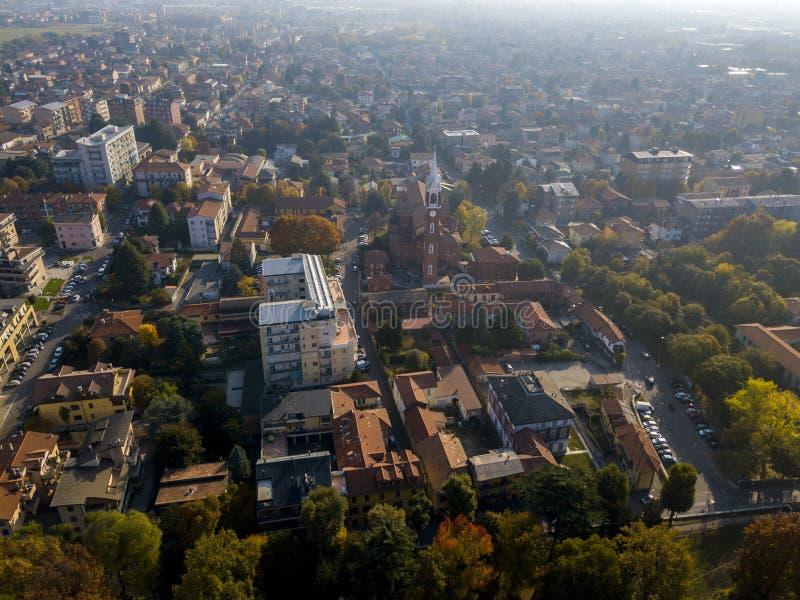 林比亚泰、鸟瞰图、圣乔治教区,教会、家和街道街市街道 意大利 免版税库存照片