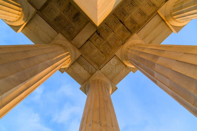 林肯纪念堂屋顶的对称在顶端天花板角落在清早DC日出期间的 专栏和大理石由点燃 库存照片