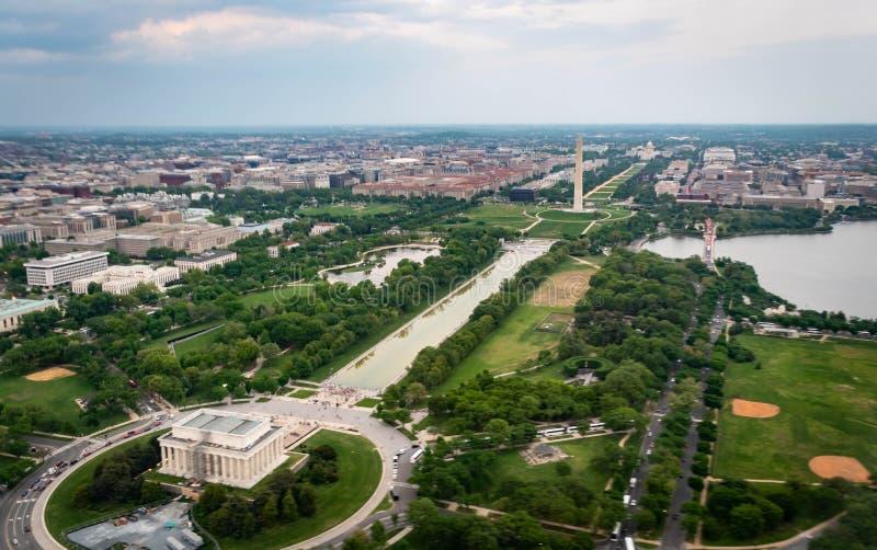 林肯Memoral和在全国购物中心的华盛顿纪念碑如被看见从在华盛顿特区的天空 库存图片