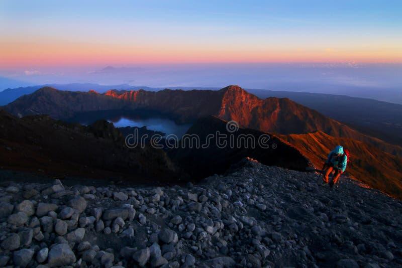 林贾尼火山日出的Crater湖 免版税图库摄影