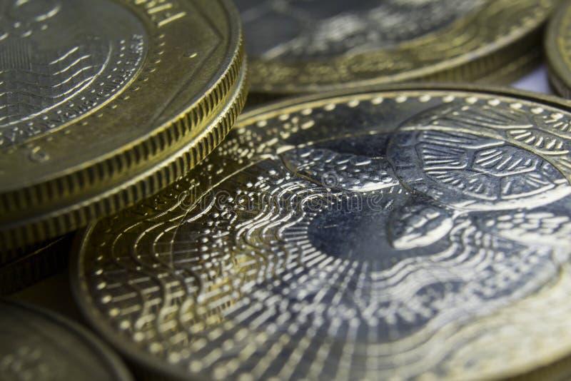 1000枚哥伦比亚比索硬币 硬币构成宏指令  免版税图库摄影