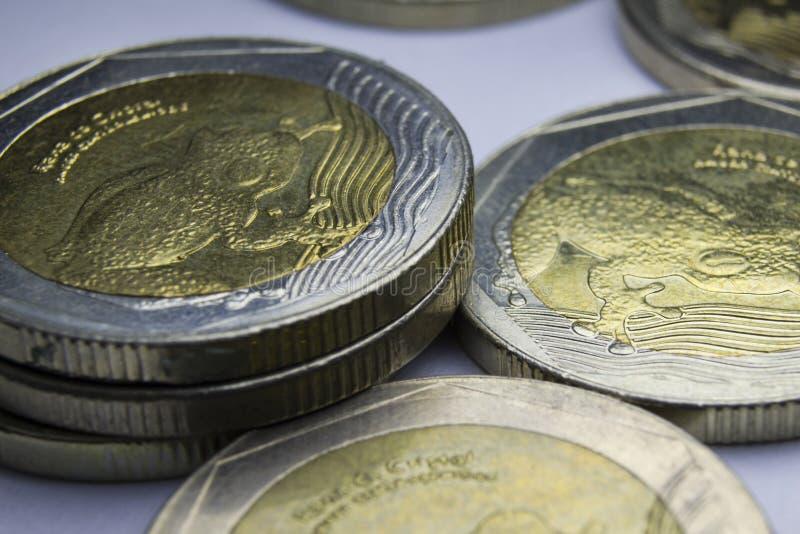 500枚哥伦比亚比索硬币 硬币构成宏指令  免版税库存照片