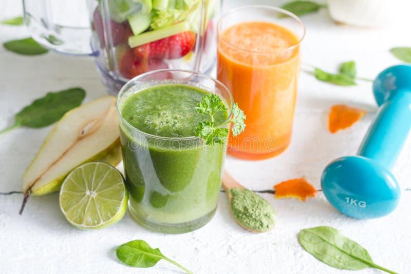 水果、蔬菜、汁液、圆滑的人和dumbell健康饮食和健身 免版税库存照片
