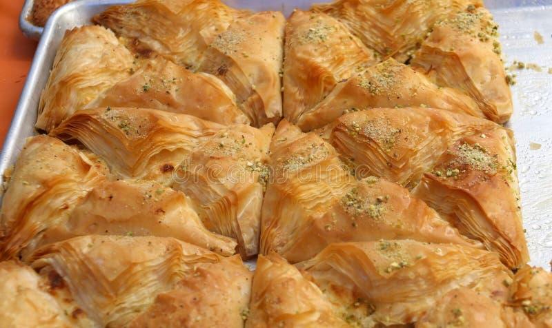 果仁蜜酥饼做用filo面团、蜂蜜和坚果 库存图片