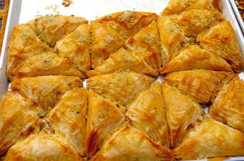 果仁蜜酥饼做用filo面团、蜂蜜和坚果 图库摄影