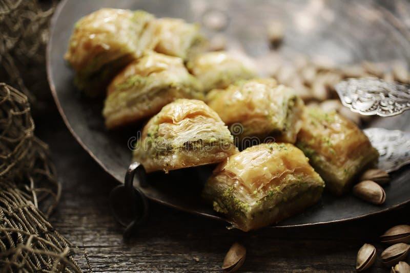 果仁蜜酥饼和松果 免版税库存图片