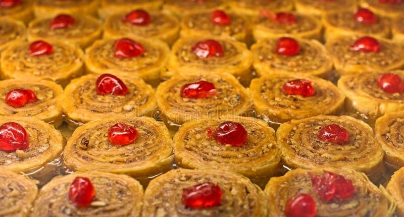 果仁蜜酥饼新鲜从烤箱用樱桃和蜂蜜 库存照片