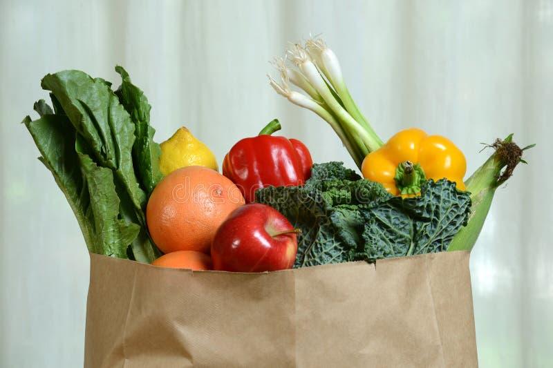水果和蔬菜在纸袋 免版税库存照片