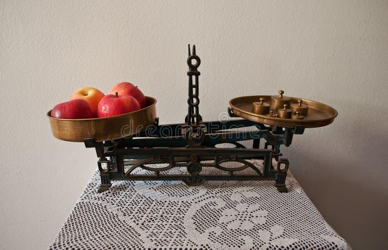 水果和蔬菜的老市场标度 库存照片