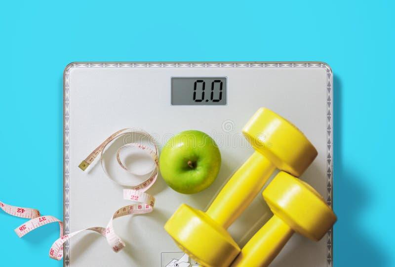 果子、哑铃和标度、肥胖烧伤和减重概念 图库摄影