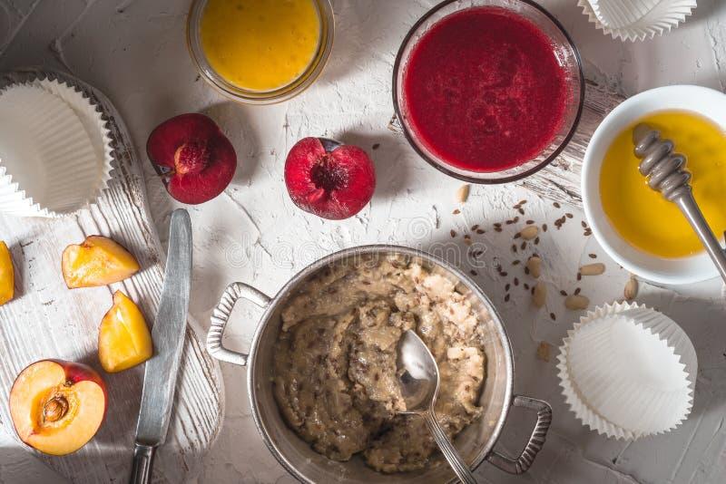 从果子、杏仁酱和蜂蜜的纯汁浓汤果子馅饼的准备的 库存照片
