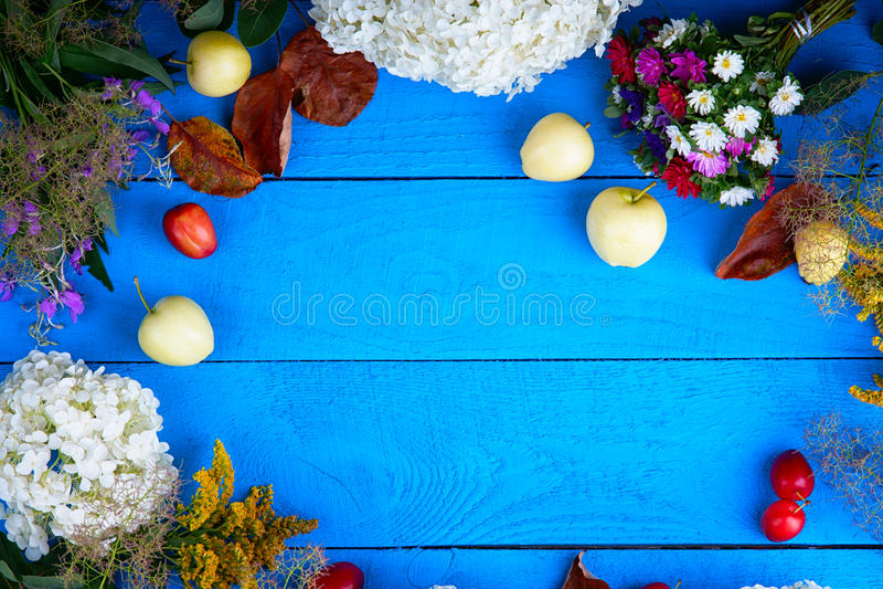 果子、花和莓果在木桌上 库存图片