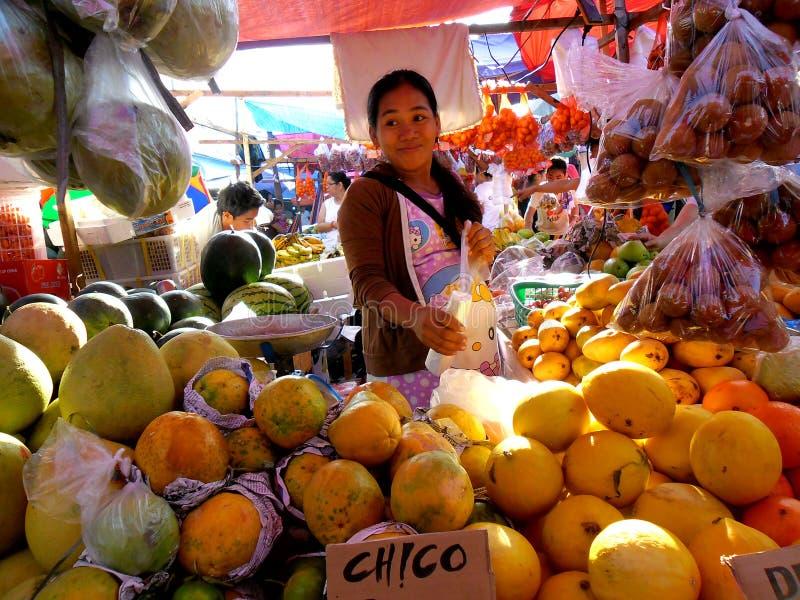 果子供营商在一个市场上在Cainta,里扎尔,菲律宾,亚洲 免版税库存照片
