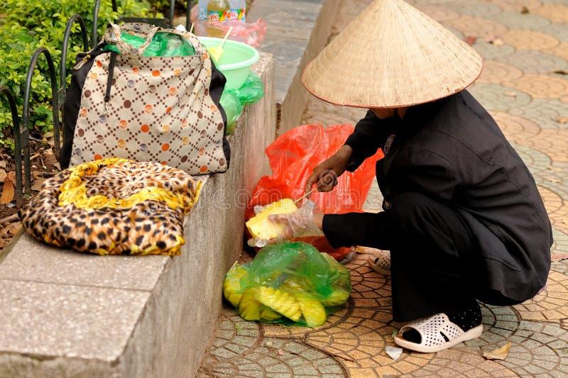 果子卖主清洗菠萝 免版税库存图片