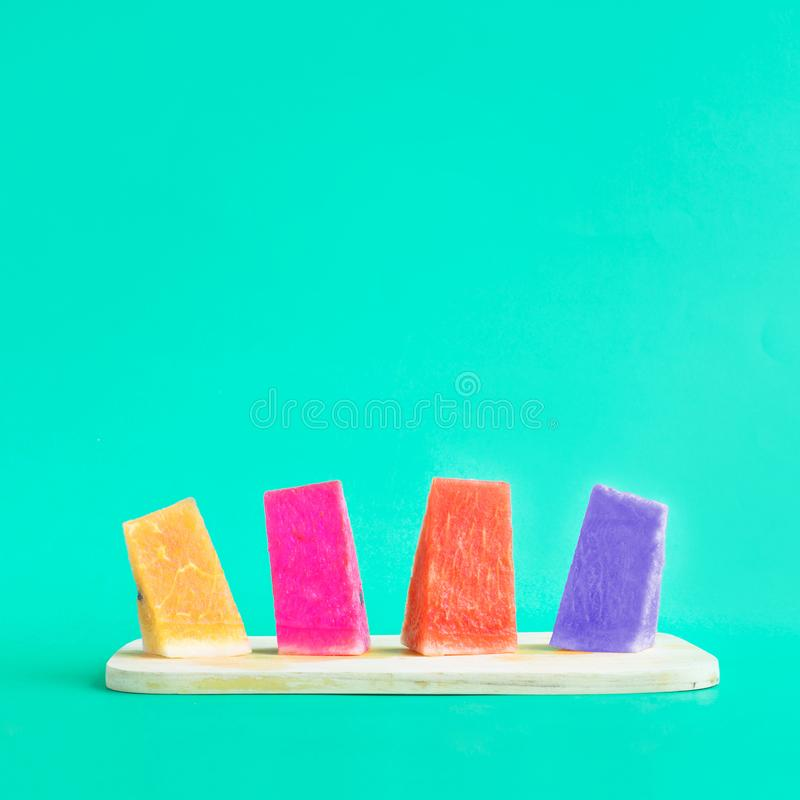 果子和夏天概念想法用西瓜在五颜六色 免版税库存图片