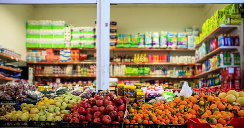 果子和橄榄在行 被弄脏的产品在市场商店 关闭视图 图库摄影
