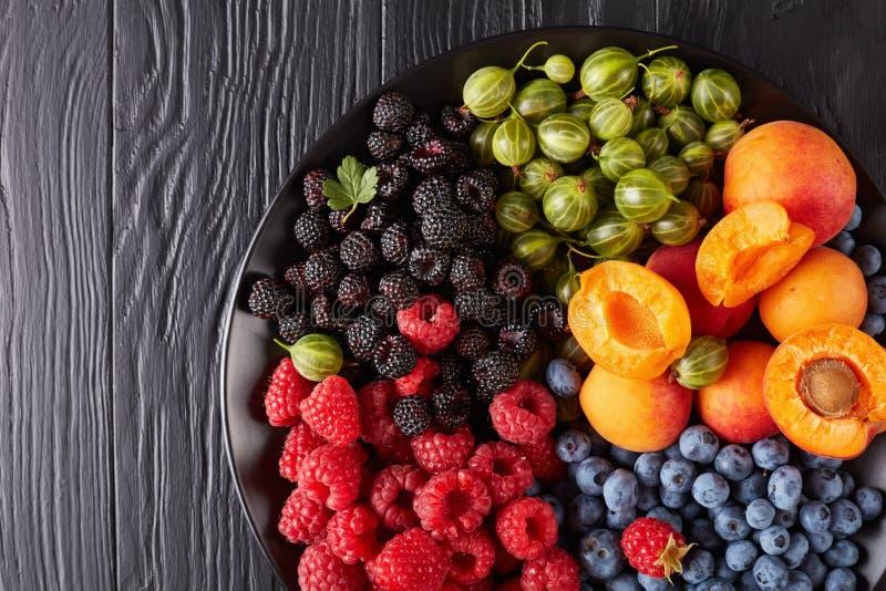 果子和莓果盛肉盘,顶视图 免版税库存照片