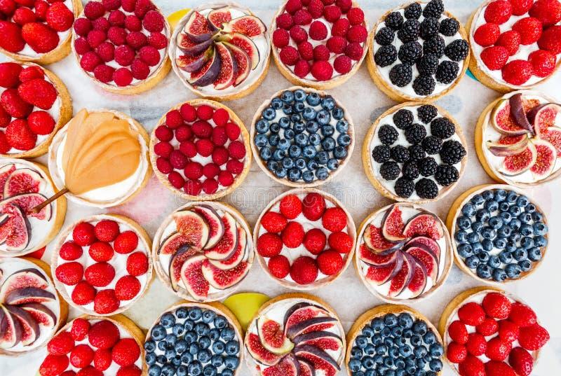 果子和莓果馅饼点心分类了顶视图背景 免版税库存照片
