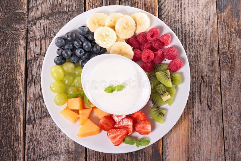 果子和酸奶奶油 免版税库存照片