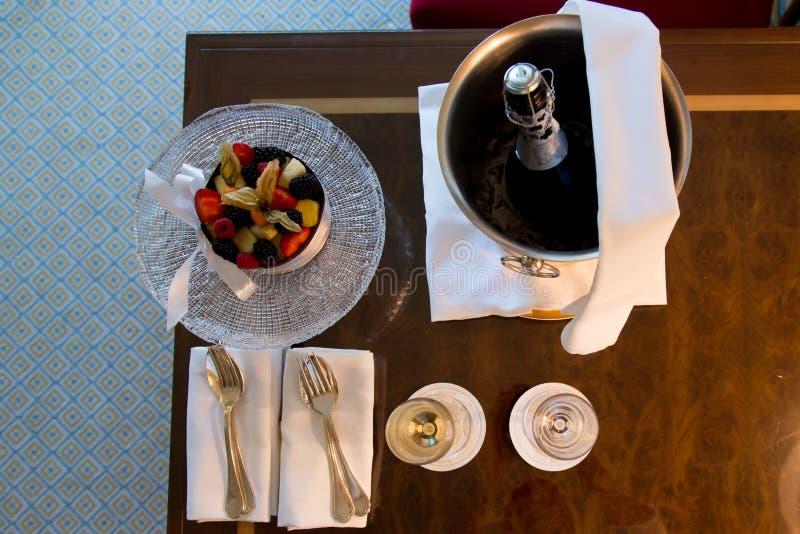 果子和香槟在旅馆里 库存照片