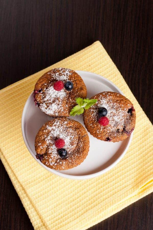 果子和麸面松饼用新鲜的蓝莓和莓 免版税库存图片